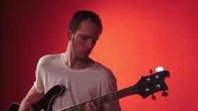 Portret muzyk na czerwonym bacground zdjęcie wideo
