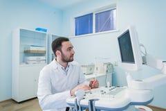 Portret myślący doktorski pobliski sceen sprzęt medyczny Fotografia Stock