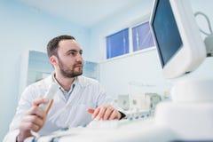 Portret myślący doktorski pobliski sceen sprzęt medyczny Obraz Royalty Free