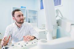 Portret myślący doktorski pobliski sceen sprzęt medyczny Zdjęcia Stock