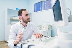 Portret myślący doktorski pobliski sceen sprzęt medyczny Fotografia Royalty Free