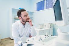 Portret myślący doktorski pobliski sceen sprzęt medyczny Zdjęcia Royalty Free