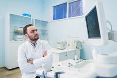 Portret myślący doktorski pobliski sceen sprzęt medyczny Obrazy Stock