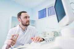 Portret myślący doktorski pobliski sceen sprzęt medyczny Zdjęcie Royalty Free