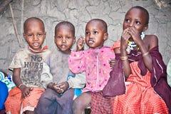 Portret na Afrykańscy dzieciaki ono uśmiecha się t Masai plemienia wioska Zdjęcie Stock