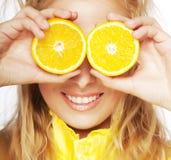 Portret na młodej i zdrowej kobiecie z pomarańcze obraz royalty free