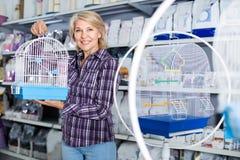 Portret nabywa ptasią klatkę w petshop dojrzała kobieta Obrazy Royalty Free