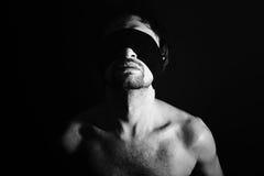 Portret nadzy młodzi człowiecy z zasłoniętymi oczami Obrazy Stock