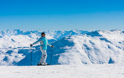 Portret narciarki góry w tle Obrazy Stock