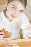 Portret nastolatek dziewczyny łasowania ranku śniadanie Zdjęcie Royalty Free