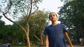 Portret nastolatka odprowadzenie z przyjemnością w naturze w wielkim parku zbiory wideo