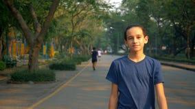Portret nastolatka odprowadzenie z przyjemnością w naturze w wielkim parku zbiory
