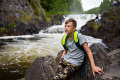 Portret nastoletni chłopak pozycja blisko siklawy obraz stock
