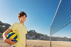 Portret nastoletni siatkówka gracz na plaży zdjęcie stock