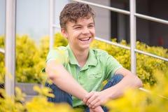 Portret nastoletnia chłopiec w parku zdjęcia stock