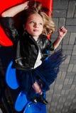 Portret nastoletnia dziewczyna kłama na stadiów plastikowych siedzeniach Moda dzieciaka model Obrazy Royalty Free