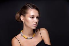 Portret nastoletnia dziewczyna na zmroku - szary tło Zdjęcia Royalty Free