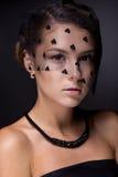 Portret nastoletnia dziewczyna na zmroku - szary tło Obrazy Stock