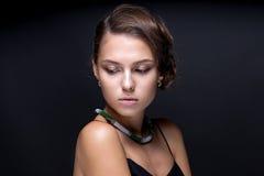Portret nastoletnia dziewczyna na zmroku - szary tło Fotografia Royalty Free