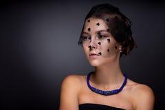 Portret nastoletnia dziewczyna na zmroku - szary tło Obrazy Royalty Free