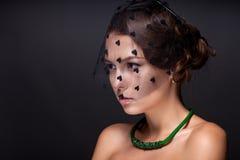 Portret nastoletnia dziewczyna na zmroku - szary tło Zdjęcie Stock