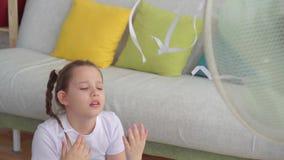 Portret nastoletnia dziewczyna obok fan cierpienia od gorącej pogody zdjęcie wideo