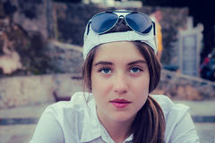 Portret nastoletnia dziewczyna w baseball nakrętce zdjęcie royalty free