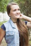 Portret nastoletnia dziewczyna w cajgach Zdjęcia Royalty Free