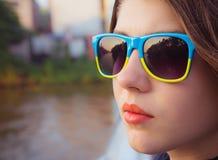 Portret nastoletnia dziewczyna w kolorowych okularach przeciwsłonecznych zdjęcia royalty free