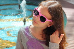 Portret nastoletnia dziewczyna w okularach przeciwsłonecznych fotografia royalty free