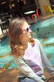Portret nastoletnia dziewczyna w okularach przeciwsłonecznych obrazy stock