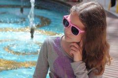 Portret nastoletnia dziewczyna w okularach przeciwsłonecznych obrazy royalty free