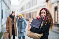 Portret nastoletnia dziewczyna z papierowymi torba na zakupy na ulicie w zimie zdjęcie stock
