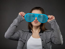 Portret nastoletnia dziewczyna z szalonymi szkłami Obraz Stock