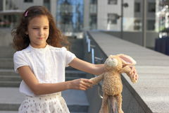 Portret nastoletnia dziewczyna z zabawką Zdjęcia Stock