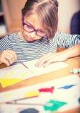 Portret nastoletnia studencka dziewczyna maluje w domu troszkę fotografia tonująca Fotografia Royalty Free