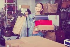 Portret nastoletniej dziewczyny pozycja z torbami w sklepie z torbami Obrazy Stock