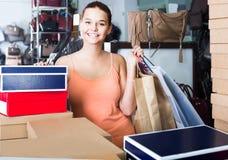 Portret nastoletniej dziewczyny pozycja z torbami w sklepie z torbami Zdjęcie Royalty Free