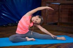 Portret nastoletniej dziewczyny ćwiczy joga Fotografia Royalty Free