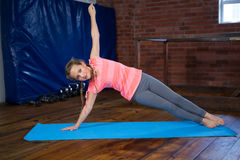 Portret nastoletniej dziewczyny ćwiczy joga Zdjęcia Stock