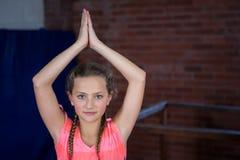 Portret nastoletniej dziewczyny ćwiczy joga Zdjęcie Stock