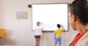 Portret nauczyciel pozycja w sala lekcyjnej zbiory wideo