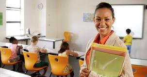Portret nauczyciel pozycja w sala lekcyjnej zbiory