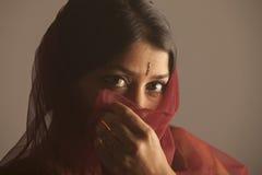 Portret nieśmiałej brunetki indyjska kobieta z ciemną skórą chuje jej twarz Obrazy Stock