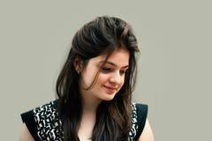 Portret nieśmiały indyjski młodej kobiety ono uśmiecha się Zdjęcia Royalty Free