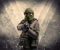 Portret niebezpieczny zamaskowany orężny żołnierz z grungy backgro Zdjęcia Royalty Free