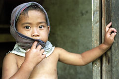 Portret nieśmiała Filipińska chłopiec z jaśnieniem ono przygląda się Zdjęcia Royalty Free