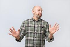 Portret Nieszczęśliwy Przypadkowy mężczyzna seansu przerwy znak Zaprzecza kontynuować powiązania fotografia stock