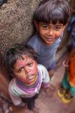 Portret niezidentyfikowani indyjscy dzieci podczas Holi świętowania fotografia royalty free