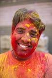Portret niezidentyfikowany mężczyzna z twarzą mażącą z kolorami podczas Holi świętowania w Barsana Zdjęcia Royalty Free